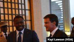 Faure Gnassingbé et Manuel Valls au Palais présidentiel, Lomé, Togo, le 28 octobre 2016 (VOA/Kayo Lawson)