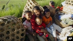 Keluarga petani di Bali duduk di bak belakang truk usai panen bawang di Kintamani, Bali (foto: ilustrasi).