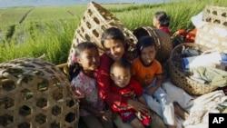 Keluarga petani di Bali duduk di bak belakang truk seusai panen bawang di Kintamani, Bali (Foto: dok). Pertengahan tahun ini, pemerintahan Presiden Jokowi telah mencanangkan tahun 2022 Indonesia harus bebas dari pekerja anak.