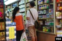 很多大陸自由行旅客到香港的藥房購買奶粉等民生用品