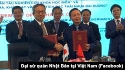 Đại sứ đặc mệnh toàn quyền Nhật Bản Yamada Takio (trái) và Bộ trưởng Tài nguyên và Môi trường Trần Hồng Hà tại lễ ký Công hàm trao đổi dự án hợp tác viện trợ không hoàn lại của Nhật Bản dành cho Việt Nam vào ngày 23/4/2021.