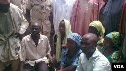 Quatro estudantes raptadas por homens armados e que escaparam aos seus raptores em Chibok, Nigeria, (21 Abril 2014)