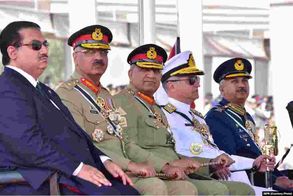 یومِ پاکستان کی پریڈ میں تینوں مسلح افواج کے سربراہان، چیئرمین جوائنٹ چیفس آف اسٹاف کمیٹی جنرل زبیر محمود حیات سمیت دیگر اعلیٰ سول اور عسکری حکام نے شرکت کی۔