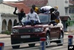 Des partisans de Joseph Kabila célèbrent sa victoire à Kinshasa le 9 décembre 2011