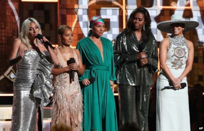 Desde la izquierda Lady Gaga, Jada Pinkett Smith, Alicia Keys, Michelle Obama y Jennifer Lopez durante la 61 entrega anual de los premios Grammy el domingo, 10 de febrero de 2019, en Los Ángeles, California.