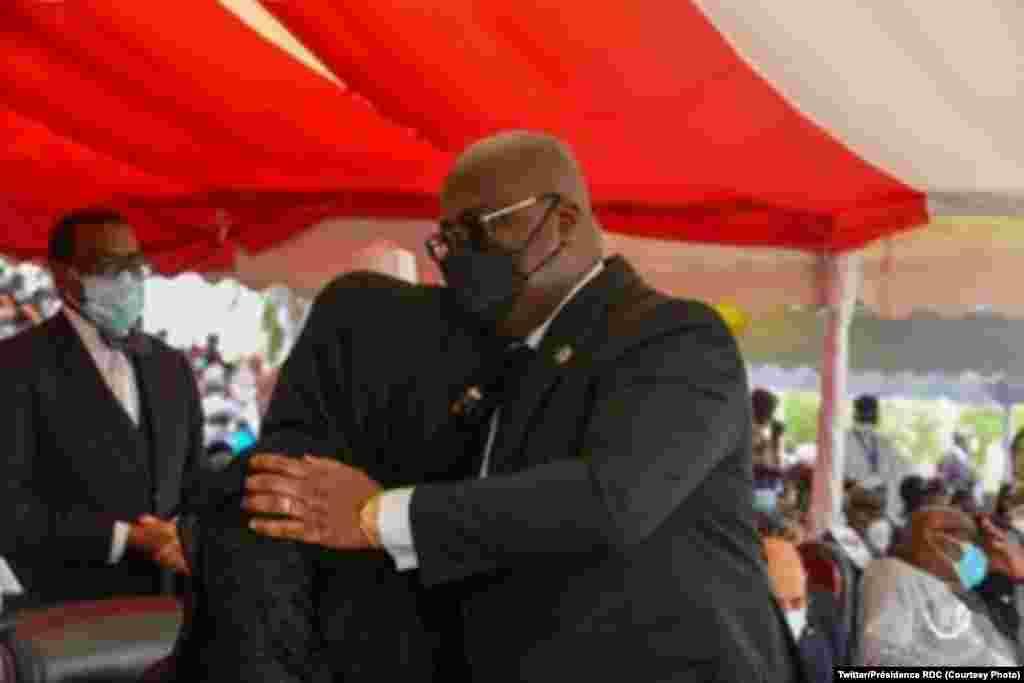 President Emmanuel Macron ya France (C) na mwana ya nkondo president IDriss Deby, général Mahamat Idriss Deby na matanga na N'Djamena, Tchad, avril .