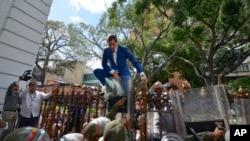 委內瑞拉議長瓜伊多在被安全部隊阻攔後試圖翻牆進入議會。(2020年1月5日)