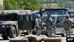 Vojnici KFOR-a patroliraju pored barikada u selu Rudare, severno od Kosovske Mitrovice, 27. jula 2011.