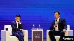 特斯拉联合创始人兼CEO马斯克和阿里巴巴创建人马云8月29日在上海举行的2019世界人工智能大会上进行对话。