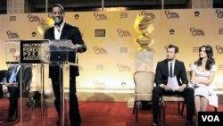 Aktor Blair Underwood mengumumkan daftar nominasi Globe Globe ke-68 di Beverly Hills, California. Di sebelah kanan, dua presenter lain, aktor Josh Duhamel dan aktris Katie Holmes.