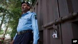 """محافظ پاکستانی در کنار دروازۀ مهر و موم شدۀ دفتر سازمان """"حمایت از کودکان"""" در اسلام آباد"""