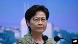 Kepala Eksekutif Hong Kong Carrie Lam mendengarkan pertanyaan wartawan dalam konferensi pers di Hong Kong, Selasa, 17 Agustus 2021. (AP Photo/Vincent Yu)