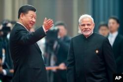지난해 6월 중국 칭다오에서 열린 상하이협력기구 정상회의에서 시진핑 중국 국가주석이 나렌드라 모디 인도 총리를 환영하고 있다.