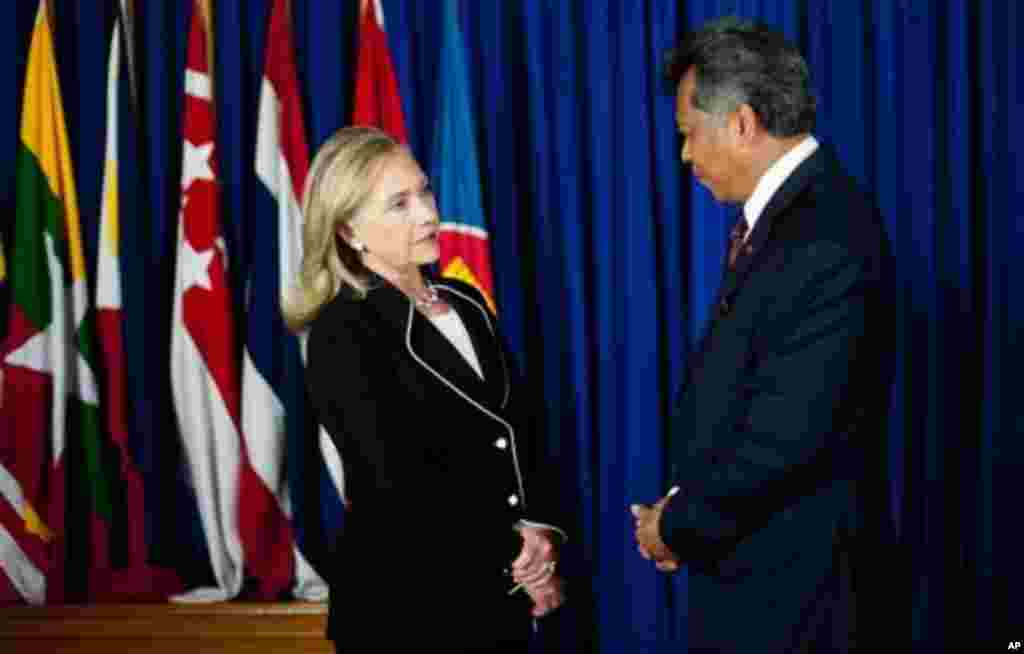 Clinton speaks with ASEAN Secretary General Surin Pitsuwan, Jakarta, September 4, 2012.