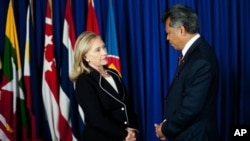 U.S. Secretary of State Hillary Clinton, left, speaks with ASEAN Secretary General Surin Pitsuwan, Jakarta, Sept. 4, 2012.