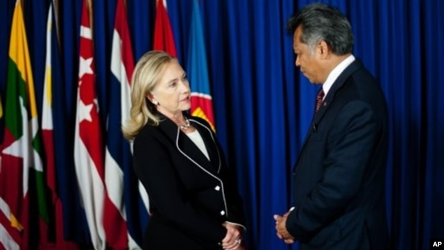U.S. Secretary of State Hillary Clinton, left, speaks with ASEAN Secretary General Surin Pitsuwan, Jakarta, Sept. 4, 2012.