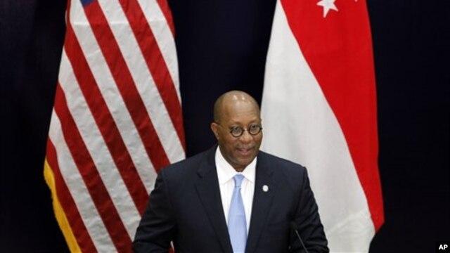 Wakil Perdagangan AS Ron Kirk memberikan ceramah mengenai kebijakan perdagangan AS untuk Kawasan Asia Pasifik di Universitas Manajemen Singapura (26/4).