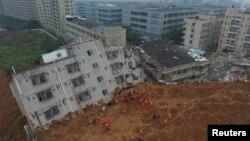 Nhân viên cứu hộ tìm kiếm người sống sót trong vụ sạt lở đất ở khu công nghiệp Hằng Thái Dụ ngày 21/12/2015.