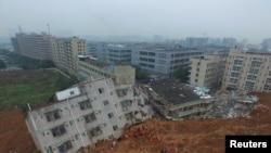 ក្រុមជួយសង្គ្រោះកំពុងរុករកអ្នកនៅរស់រានមានជីវិតក្នុងចំណោមគំណរនៃអគារបែកបាក់ ក្នុងខេត្ត Guangdong កាលពីថ្ងៃទី២១ ខែធ្នូ ឆ្នាំ២០១៥។