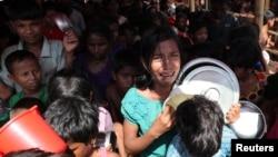 7일 방글라데시 콕스바자르의 난민촌에서 미얀마의 로힝야족 난민 어린이들이 구호식품을 얻기 위해 줄을 서 있다.