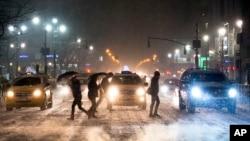 紐約市行人小心翼翼地冒著雪橫過街頭
