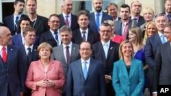 La chancelière allemande Angela Merkel, deuxième à gauche sur la première rangée, le président François Hollande de la France, au centre sur la première ligne, et le Haut représentant de l'Union européenne Federica Mogherini posent avec les représentants des délégations des Balkans, pour une photo de famille lors du sommet des Balkans, à l'Elysée, Paris, 4 juillet 2016. (AP Photo / Thibault Camus, Pool)