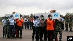Quan tài của các nạn nhân trên chuyến bay xấu số AirAsia được đưa đến sân bay ở Pangkalan Bun.