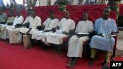 Des membres présumés de Boko Haram devant un tribunal de N'Djamena, le 26 août 2015.