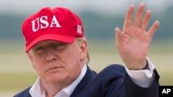 도널드 트럼프 미국 대통령이 7일 메릴랜드 앤드루스 공군기지에서 전용기 '에어포스원'에 내린 후 기자들을 향해 손을 흔들었다.