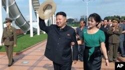 北韓朝中社7月26日發佈的圖片顯示﹐北韓領導人金正恩和他的夫人李雪主7月25日出席了首都平壤綾羅人民遊園地竣工儀式向群眾揮手。