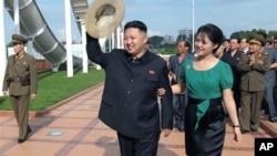 북한 '조선중앙통신'이 25일 배포한 사진에서 북한 김정은 제1위원장의 능라인민유원지를 방문에 동행한 부인 리설주(오른쪽).