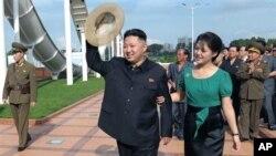 25일 능라인민유원지를 방문한 북한 김정은 제1위원장과 부인 리설주(오른쪽).