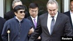Chen Guangchen sale de la embajada de Estados Unidos en Beijing, acompañado del sub secretario de Estado para Asia y el Pacífico, Kurt Campbell (derecha).