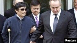 Chen Guangchen (izq.) al momento de salir de la embajada de Estados Unidos en Pekín el pasado 2 de mayo.