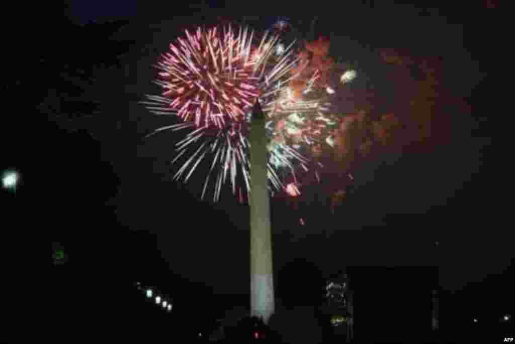 Pháo hoa thắp sáng bầu trời thủ đô Hoa Kỳ trong lễ Ðộc Lập