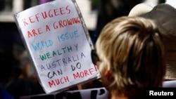 Seorang demonstran dalam protes membela pengungsi di pusat kota Sydney. (Foto: Dok)