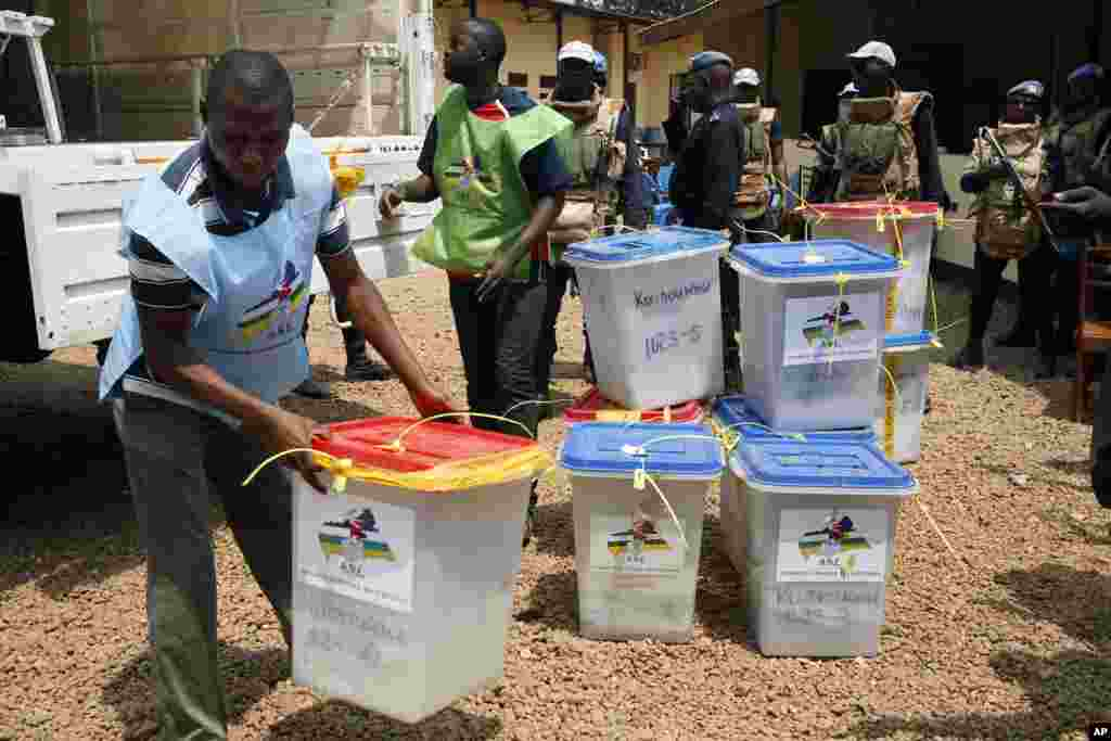 Le 13 décembre 2015, les Centrafricains votent pour une nouvelle constitution.