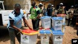 Des urnes rangées à l'entrepôt central de la commission électorale après le second tour de l'élection présidentielle, dimanche 14 février 2016, pour départager deux anciens premiers ministres, Faustin Touadéra et Anicet Georges Dologuélé, à Bangui, en Rép