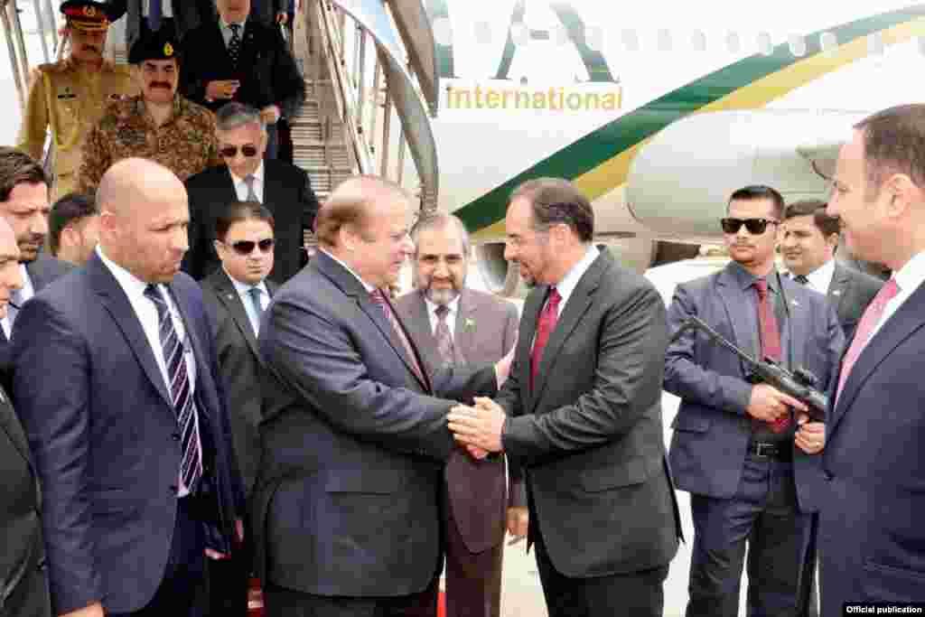 افغانستان کے دارالحکومت کابلائیر پورٹ پر افغان وزیرِ خارجہ صلاح الدینربانی نے وزیراعظم نواز شریف اور ان کے وفد کا استقبال کیا۔