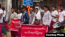 တံတားအမည္သတ္မွတ္မႈ မြန္ေဒသခံေတြ ေမာ္လၿမိဳင္ၿမိဳ႕ မွာ ကန္႔ကြက္ဆႏၵျပ (ဓါတ္ပံု- Aung Thu Nyeen Facebook)