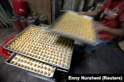 Seorang pekerja menyiapkan kue untuk dipanggang di pabrik kue buatan sendiri menjelang Idul Fitri di Jakarta, 23 Agustus 2011. (Foto: Reuters/Enny Nuraheni)