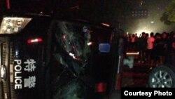 余姚水灾灾民围堵采访车并与警察冲突(民生观察图片)