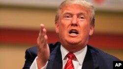 Donald Trump habla en Ames, Iowa, July contra John McCain.