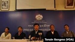 تبت کی جلاوطن حکومت کے وزیرِاعظم لوب سانگ سانگے پریس کانفرنس کر رہے ہیں (فائل)