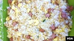 """富含高胆固醇的中国传统食物""""蛋炒饭""""。"""