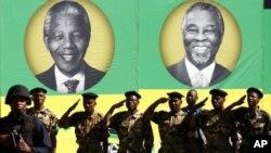 Les membres de l'Umkhonto We Sizwe Military Veterans Association (MKMVA) avec à l'arrière-plan des affiches géantes des anciens présidents Nelson Mandela et Thabo Mbeki, lors de la célébration du centenaire de l'ANC à Bloemfontein Janua