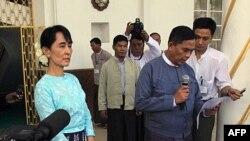 Bộ trưởng Lao động Miến Điện Aung Kyi, phải, đọc 1 tuyên bố sau cuộc họp với lãnh tụ dân chủ Aung San Suu Kyi ở Yangon, Miến Điện, 30/10/2011