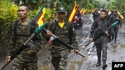 Phiến quân MILF tuần tra trong doanh trại của họ ở tỉnh Maguindanao, miền nam Philippines