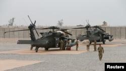 지난 3월 이라크 카이야라 웨스트 공군기지에서 미 육군 소속 군인들이 헬리콥터 주변에 모여있다. (자료사진)