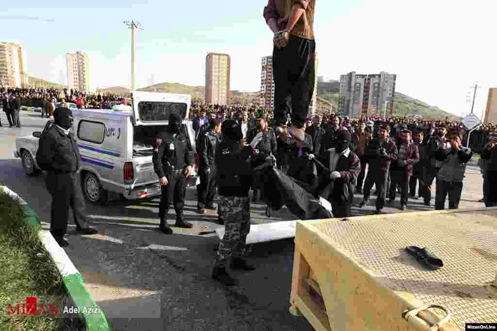 بار دیگر یک اعدام در ملاءعام در ایران عکس: عادل عزیزی